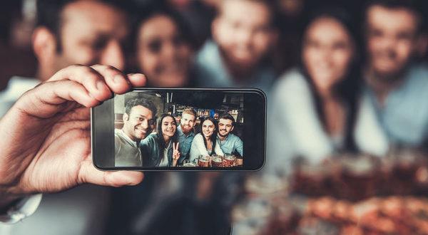 Le selfie ou le Narcisse numérique